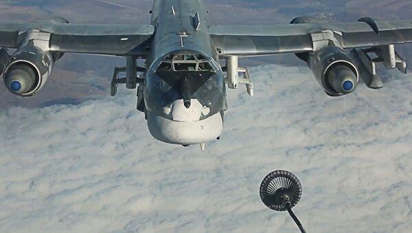 Дозаправка в воздухе стратегического бомбардировщика-ракетоносца Ту-95МС во время выполнения боевой задачи по нанесению ударов крылатыми ракетами Х-101 по объектам террористов в Сирии - Sputnik France
