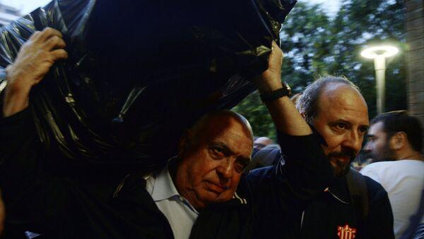 Uh homme porte un sac rempli de bulletins, Catalogne, 1 octobre - Sputnik France