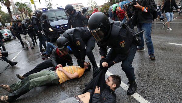 Affrontements entre police et manifestants à Barcelone - Sputnik France