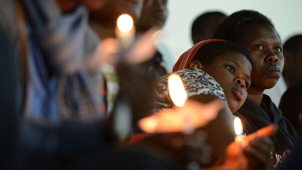 Les femmes rwandaises tiennent des bougies pendant une prière pour les victimes du génocide - Sputnik France