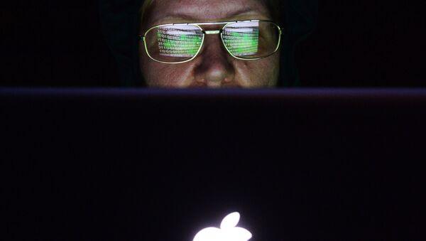 Un femme devant un écran d'ordinateur - Sputnik France
