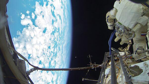 Les cosmonautes russes effectuent une sortie dans l'espace - Sputnik France