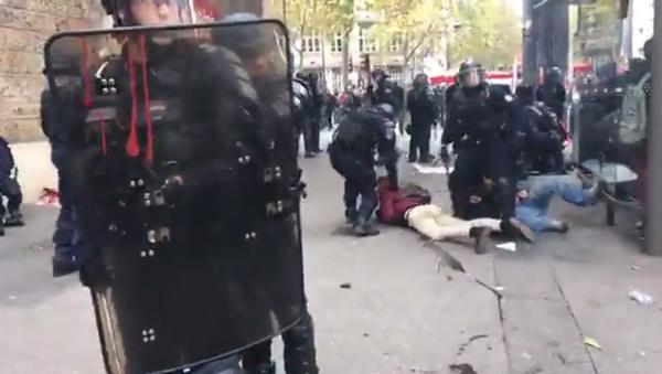 Images choquantes de la manifestation à Paris - Sputnik France