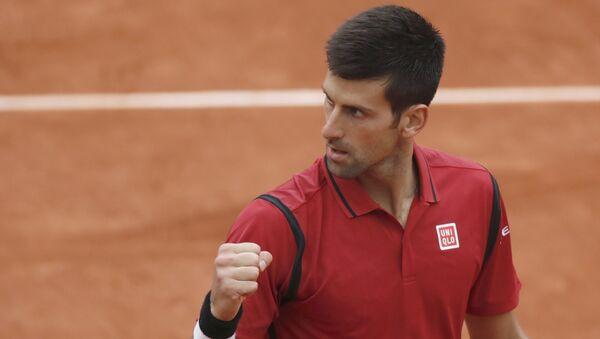 El tenista serbio Novak Djokovic se impuso al británico Andy Murray en la final del Abierto de Francia 2016 con lo que se llevó el trofeo masculino individual. - Sputnik France