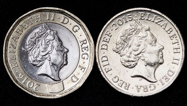 This file photo taken on March 28, 2017 shows an old issue £1 (one pound) coin (R) pictured alongside a newly issued 12-sided £1 (one pound) coin in London. - Sputnik France