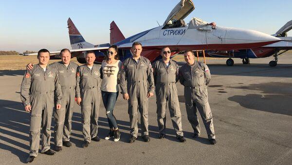 Репортерка Спутњика Маша Радовић са руским пилотима на батајничком аеродрому - Sputnik France