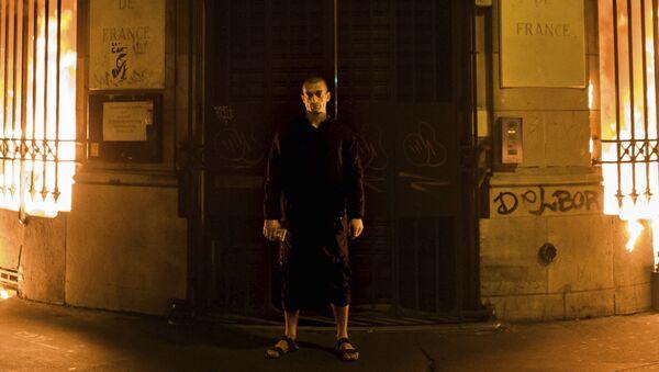 Российский художник Петр Павленский поджог здание Банка Франции в Париже - Sputnik France