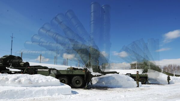 Soldiers of the 4th Brigade Air Defense (NORAD) air and space defense forces (ASD) during the deployment of the Launcher antiaircraft missile system S-400 Triumph at a site in the Moscow region. Multi exposure. - Sputnik France