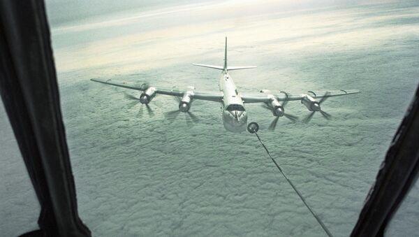 Стратегический бомбардировщик Ту-95 дозаправляется в воздухе. - Sputnik France