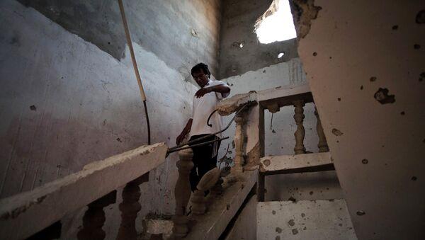 Un Libyen dans une maison endommagée par un bombardement à Syrte - Sputnik France