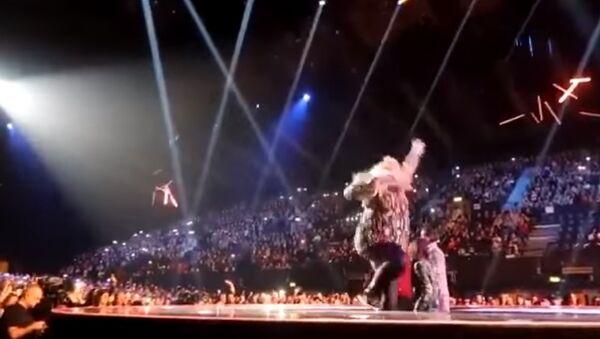 Attention là-bas! On a une chanteuse britannique qui tombe! - Sputnik France