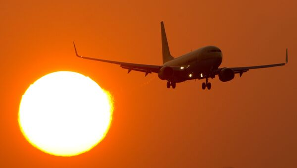 A Boeing 737 flies at the airport Stuttgart, southern Germany, as sun downs on March 14, 2014 - Sputnik France