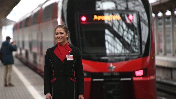 Сотрудница ООО Аэроэкспресс во время запуска первого двухэтажного поезда Аэроэкспресс на Киевском вокзале. - Sputnik France