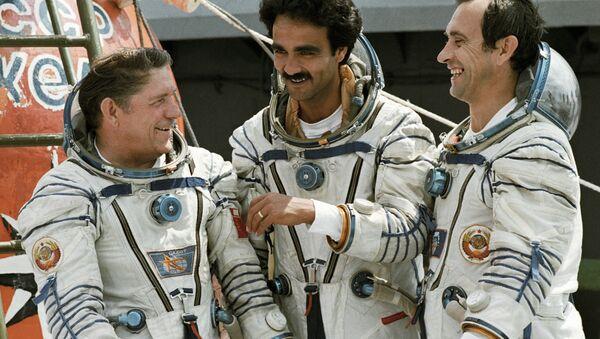 Abdul Ahad Mohmand, premier et unique cosmonaute d'Afghanistan (au centre) - Sputnik France