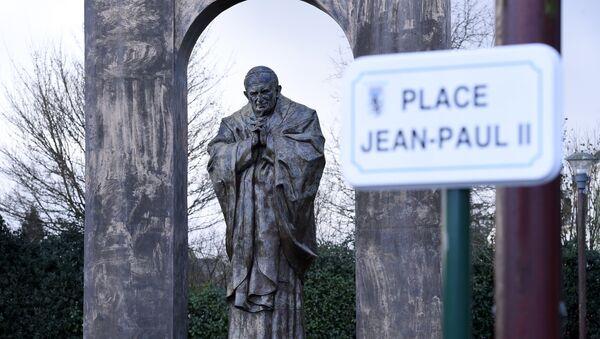Cars pass by a bronze statue of Pope John Paul II by controversial Georgian-born Russian artist Zurab Tsereteli in Ploermel, Brittany, western France, on January 5, 2016. - Sputnik France