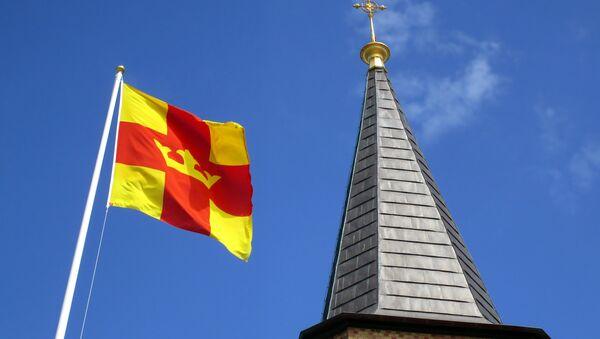 Le drapeau de l'église de Suède et le clocher de l'église de Smögen - Sputnik France