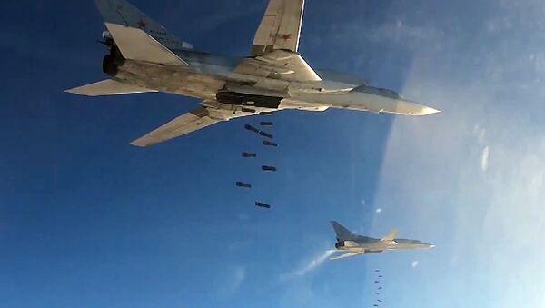 Des bombardiers stratégiques Tu-22 larguent des bombes en Syrie - Sputnik France