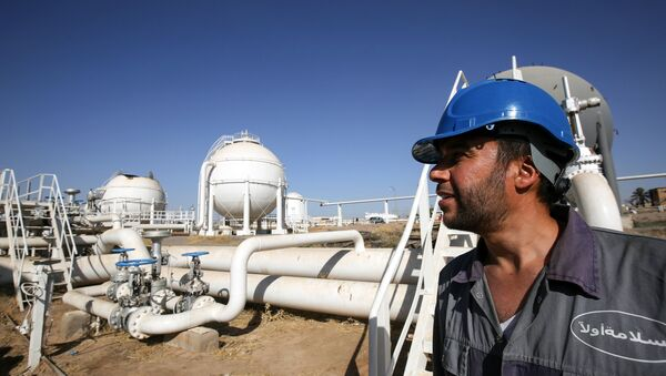 An Iraqi oil employee checks pipelines at the Bai Hassan oil field, west of the multi-ethnic northern Iraqi city of Kirkuk, on October 19, 2017. - Sputnik France