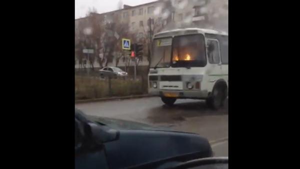 Film d'horreur ou vrai phénomène mystique? Un bus en feu roule dans les rues d'Orel - Sputnik France