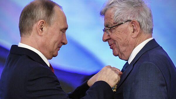 Jean-Pierre Chevènement décoré de l'Ordre de l'Amitié au Kremlin - Sputnik France