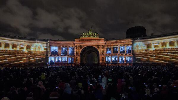 Spectacle de lumière sur la place du Palais à Saint-Pétersbourg - Sputnik France