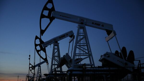 Pump jacks are seen at the Lukoil company owned Imilorskoye oil field, as the sun sets, outside the West Siberian city of Kogalym, Russia, January 25, 2016 - Sputnik France