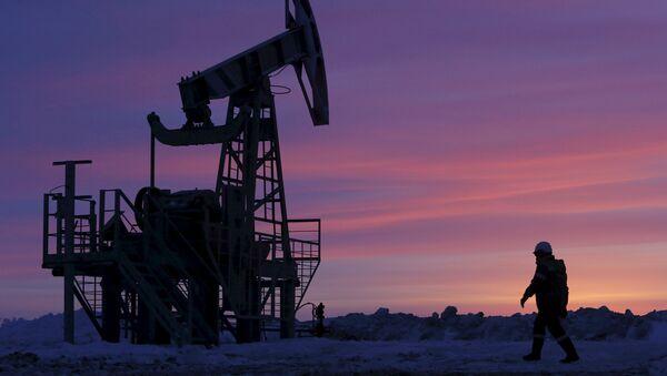 A worker at an oil field owned by Bashneft, Bashkortostan, Russia - Sputnik France