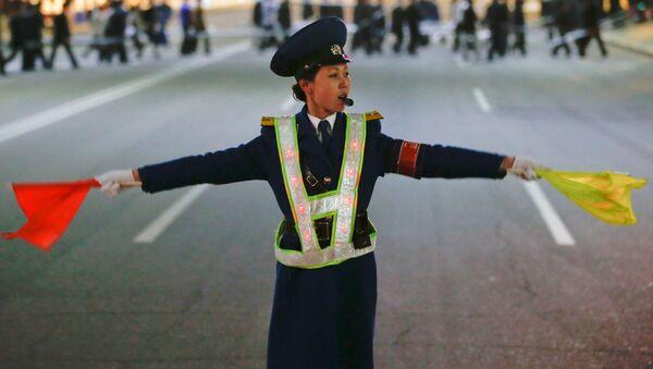 Регулировщица движения во время работы на площади Ким Ир Сена в Пхеньяне - Sputnik France