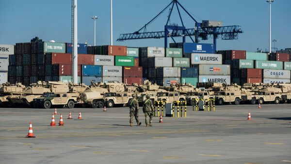 Soldiers walk near U.S. military equipment which arrived as part of NATO mission at port in Gdansk, Poland - Sputnik France
