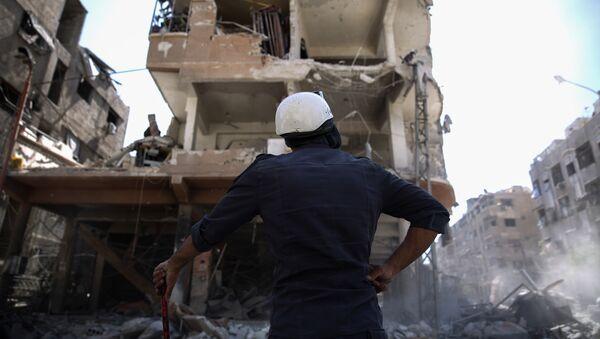 """Ein Mitglied der """"White Helmets"""" bei Damaskus - Sputnik France"""