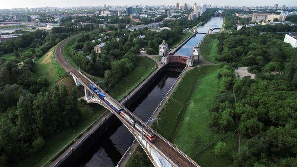 Железнодорожный мост и шлюзы через канал имени Москвы в районе Покровское-Стрешнево. - Sputnik France