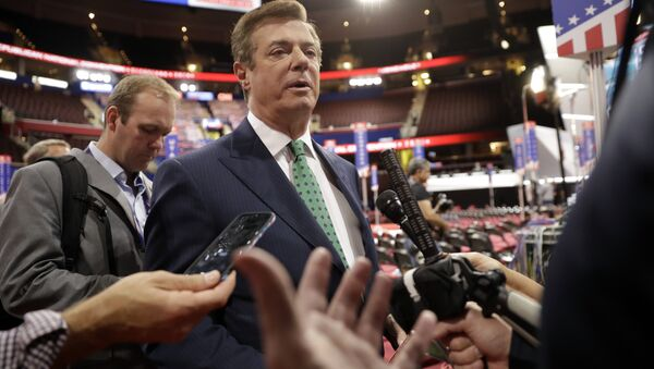 Trump Campaign Chairman Paul Manafort is surrounded by reporters on the floor of the Republican National Convention at Quicken Loans Arena, Sunday, July 17, 2016, in Cleveland - Sputnik France