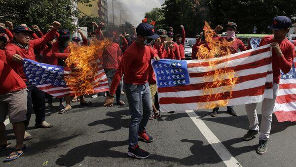 les manifestants brûlent un drapeau américain à Manille - Sputnik France