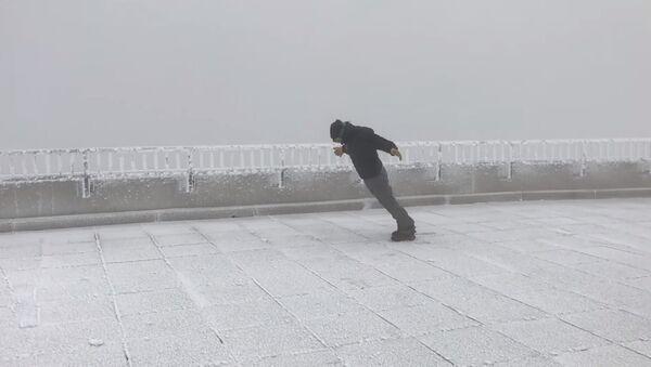 Un homme affronte des vents de 170 km/h - Sputnik France