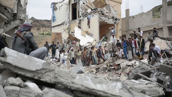People inspect the rubble of houses destroyed by Saudi-led airstrikes in Sanaa, Yemen, Friday, Aug. 25, 2017 - Sputnik France