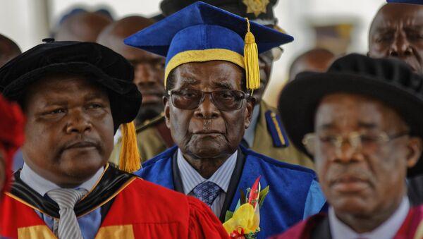 Zimbabwe's President Robert Mugabe, center, arrives to preside over a student graduation ceremony at Zimbabwe Open University on the outskirts of Harare, Zimbabwe Friday, Nov. 17, 2017 - Sputnik France
