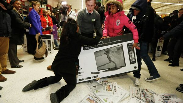Shoppers wrestle over a television as they compete to purchase retail items on Black Friday at an Asda superstore in Wembley, north London November 28, 2014 - Sputnik France