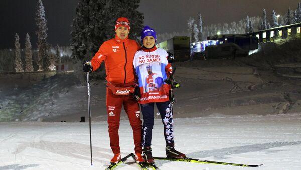 Roman Starkov, écolier de Saint-Pétersbourg, et le skieurs russe Maxim Vylegzhanin - Sputnik France