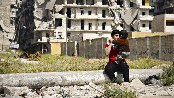 Дети играют в разрушенном в районе Салах-ад-дин в Алеппо. Сирия, 13.04.2016 - Sputnik France