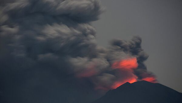 Light from lava inside the crater is reflected off volcanic ash from Mount Agung, as seen from Jemeluk Beach, Karangasem, Bali, Indonesia November 28, 2017 in this photo taken by Antara Foto. Picture taken November 28, 2017 - Sputnik France