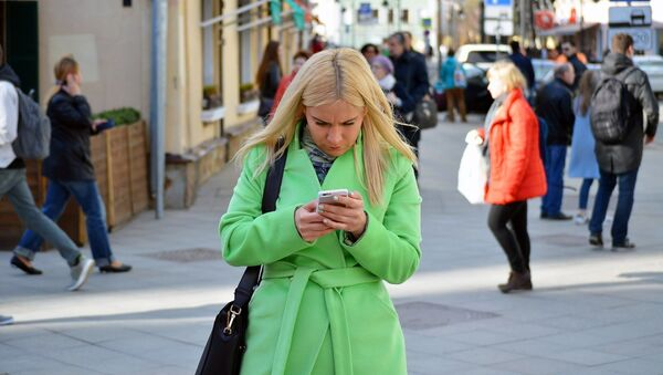 Young woman using a smartphone - Sputnik France