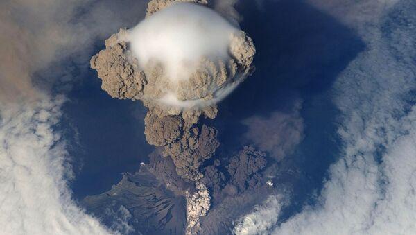 Le volcan Sarychev, sur l'île de Matoua, en éruption. Photo prise le 12 juin 2009. - Sputnik France