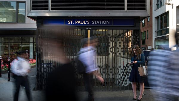 Early morning commuters walk past a closed St Paul's underground station during a tube strike in London on July 9, 2015. - Sputnik France