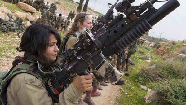 Jeunes Israéliennes lors d'un exercice militaire - Sputnik France