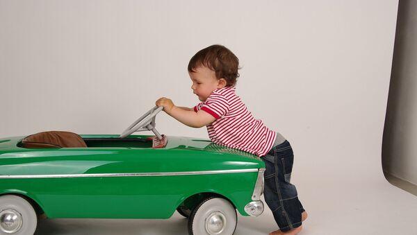 Un niño con un coche - Sputnik France
