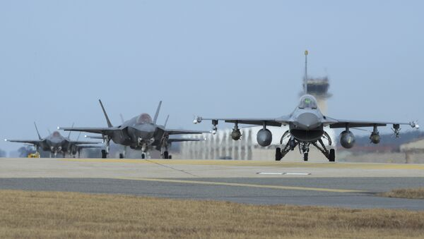 U.S. Air Force F-16 Fighting Falcon, right, and F-35A Lightning IIs assigned to the 34th Expeditionary Fighter Squadron Hill Air Force Base, Utah, taxi toward the end of the runway during the exercise VIGILANT ACE 18 at Kunsan Air Base, South Korea - Sputnik France