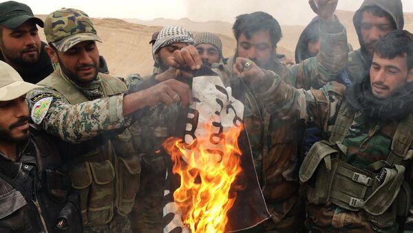 Falcons du désert brûler le drapeau de l`EI (organisation terroriste interdite en Russie) - Sputnik France
