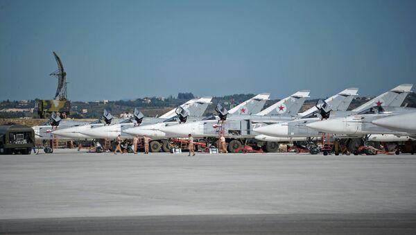 Des bombardiers russes Su-24 à la base aérienne de Hmeimim - Sputnik France