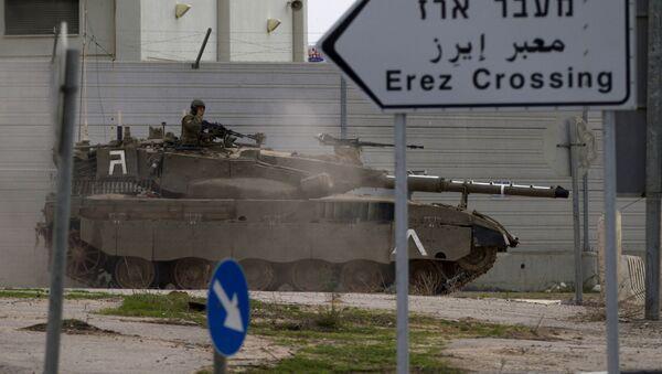 An Israeli tank drives next to Erez Border crossing between the Gaza strip and Southern Israel, Wednesday, Nov. 21, 2012. - Sputnik France