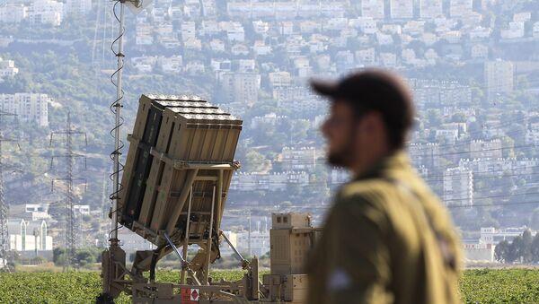 Un soldat israélien devant une batterie du système Dôme de fer. Photo d'illustration  - Sputnik France